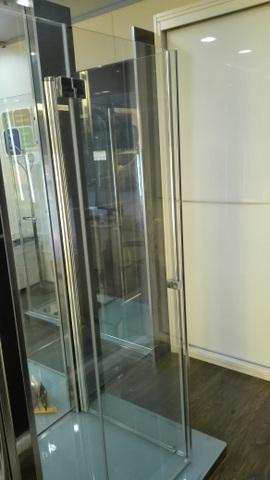 Mampara de baño para plato de ducha con puerta abatible y fijo lateral.