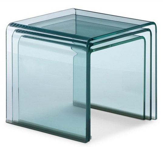 Mesas auxiliares de diseño tipo nido 3 unidades. Fabricada integramente de cristal curvado y templado de 12 mm. de espesor, con acabado transparente.