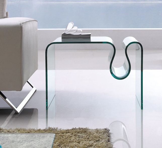 Mesa baja rectangular de cristal. Fabricada integramente de cristal curvado y templado de 12 mm.