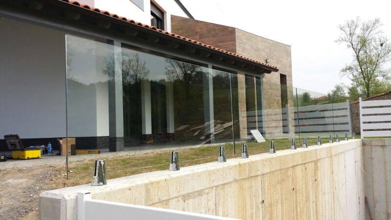 Barandillas de cristal con vidrios al aire y sujección con pinzas de acero inoxidable AISI 316