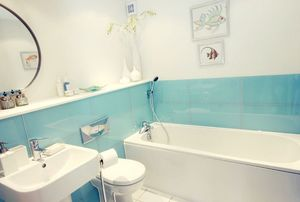 Baño revestido con vidrio lacado de color azul