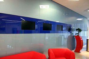 Sala espera empresa revestida con vidrio lacado de colores