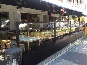 Instalación de paravientos tipo city en terraza de bar